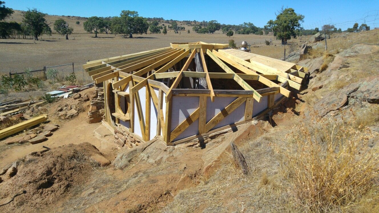 Hobbit Hole Roof Going On At Last Central Circle Will Be A Skylight Hobbit House Woodland House Underground Homes