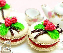 Bijou gourmand en pâte polymère. Macaron Vanille Framboise.