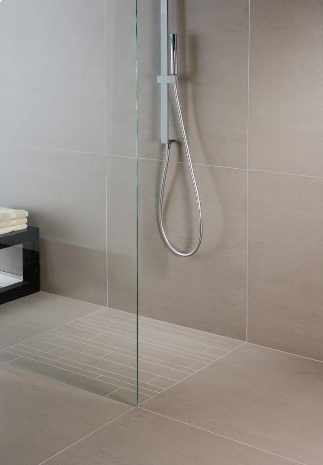 Ebenerdige Dusche Fliesen Beige Armatur Glas Modern Schlicht