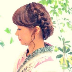 ①編み込みアップ=落ち着いた雰囲気のまとめ髪が人気、可愛らしく・上品なスタイルです。袴や着物のヘアスタイルにぴったりです!②ハーフアップ=袴だけではなく、