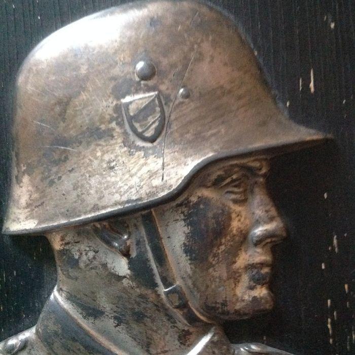 Duitse soldaat plaat zeldzame  Het profiel van een Duitse soldatZelden 1 Cavalry Regiement 10Torgau 10 april 1937Lichte sporen van slijtageAfmetingen:Hout: 19 x 118 cmProfiel: 105 cm x 9 cmMetaal op hout  EUR 0.00  Meer informatie