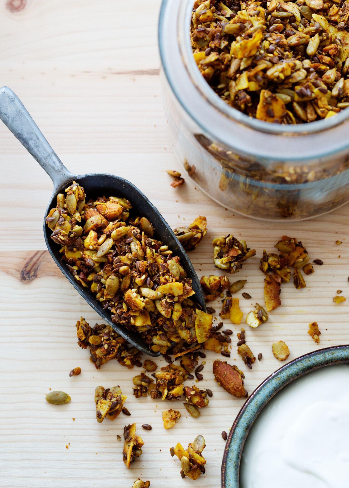 Egen hemgjord müsli är guld värd. Tillsammans med fet grekisk yoghurt fixar du snabbt en mättande frukost på morgonkvisten. Gurkmejan ger fin färg och extra boost.