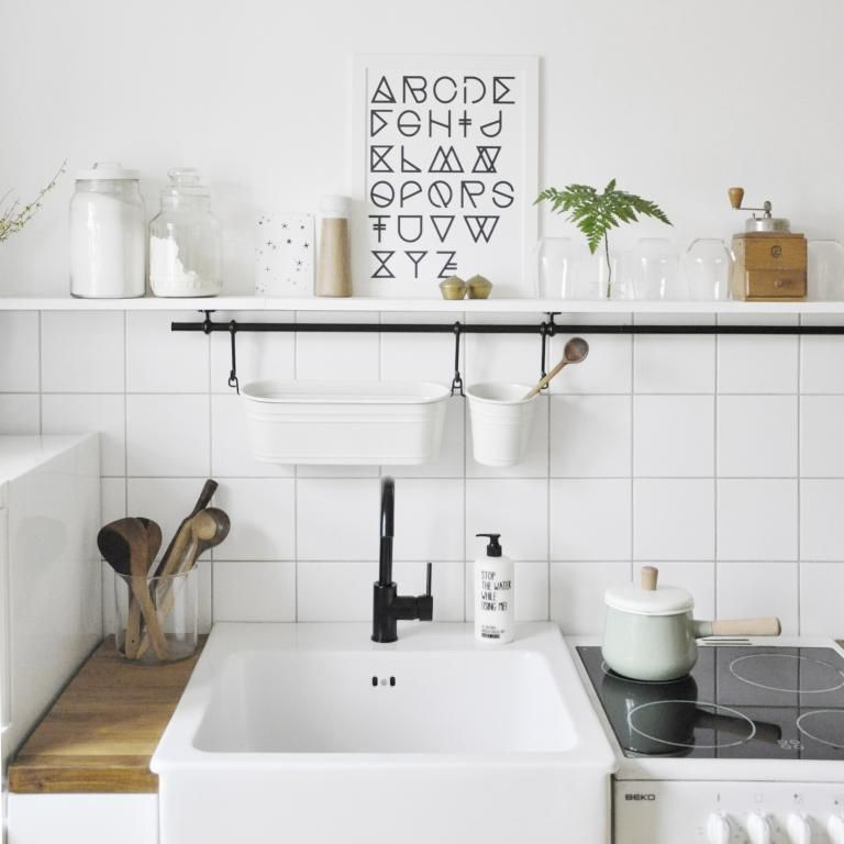 Moderne Küche mit Regalboard und schönen Deko-Elementen Wohnung in