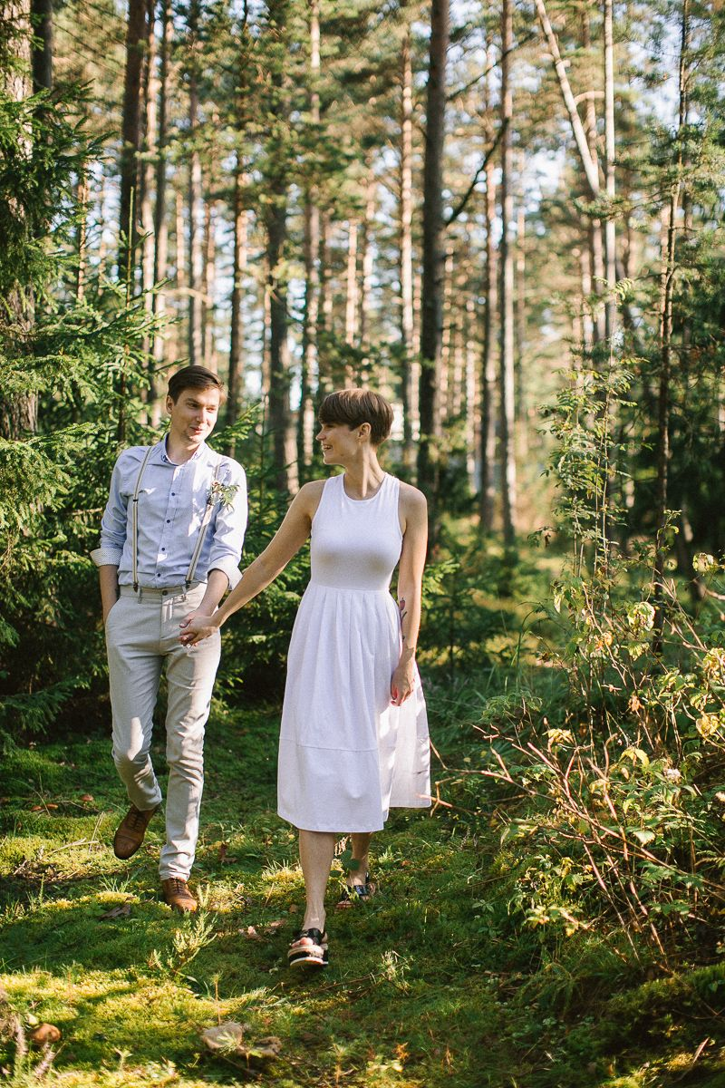 Neutral eco friendly wedding in the forest | Bride and groom wedding photo | fabmood.com #wedding #neturalwedding #ecofriendlywedding