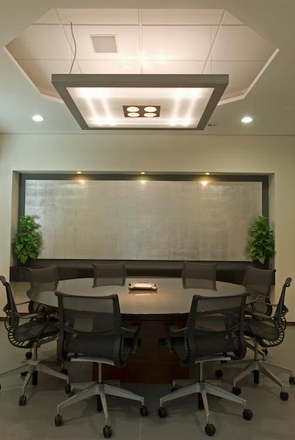 L mpara oficina sala de juntas moderna por victoria for Pinterest oficinas modernas