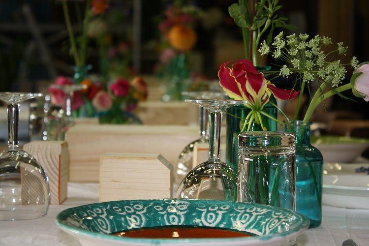 Tafeldecoratie Aqua Kleurige Vaasjes Door Bloemen Van Loes Bloemenvanloes Nl Tafeldecoratie Bloemist Decoreren