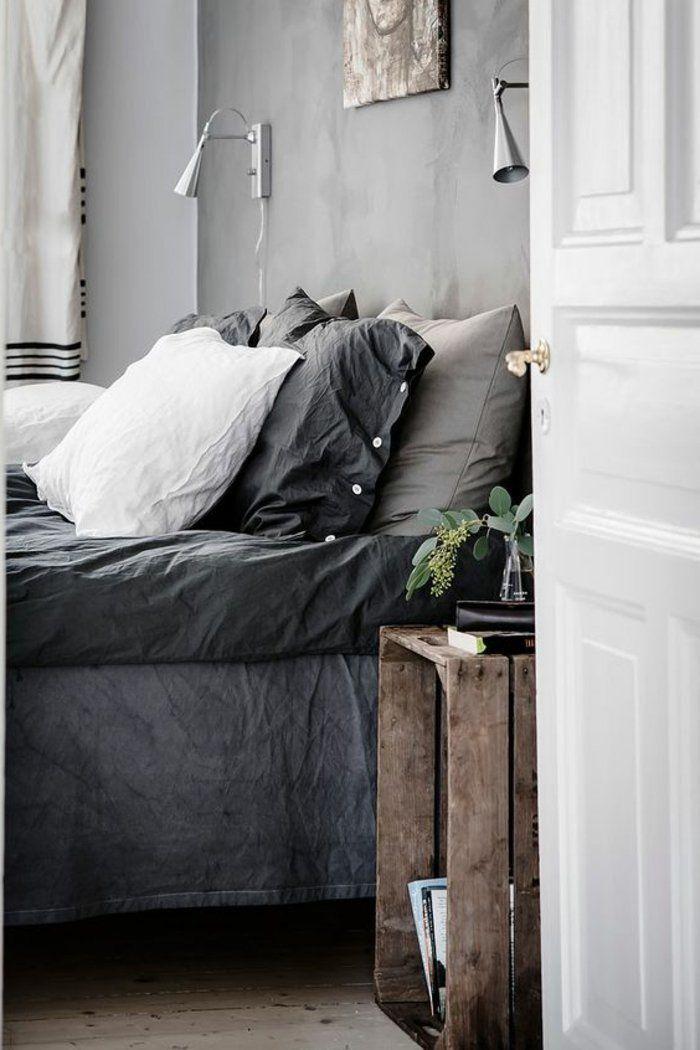 graue Kissen und graue Bettwäsche, zwei symmetrische Lampen Regal ...