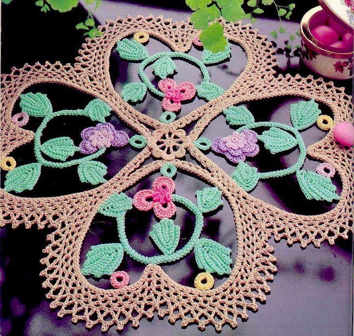 Patrón de carpeta tejida al crochet corazones y flores