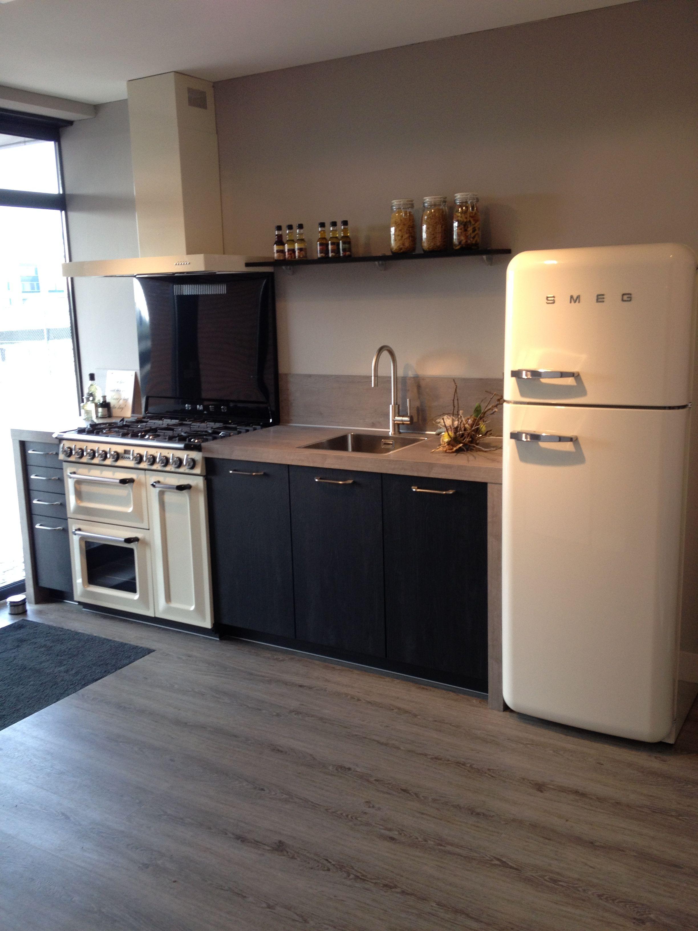 Landelijke keuken met een robuuste uitstraling | Traditioneel fornuis met oven | smeg koelkast. Ga voor keukeninspiratie naar: http://www.keukenstudiostoof.nl/keukens/inspiratie/