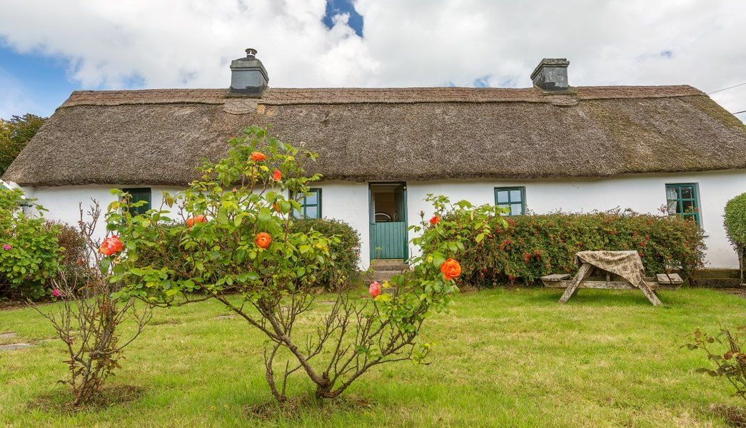 Laois An Uisce Gatta Cross Via Youghal Ardmore Co Waterford House For Sale Irish Cottage Porch Ireland Irish Cottage Interiors