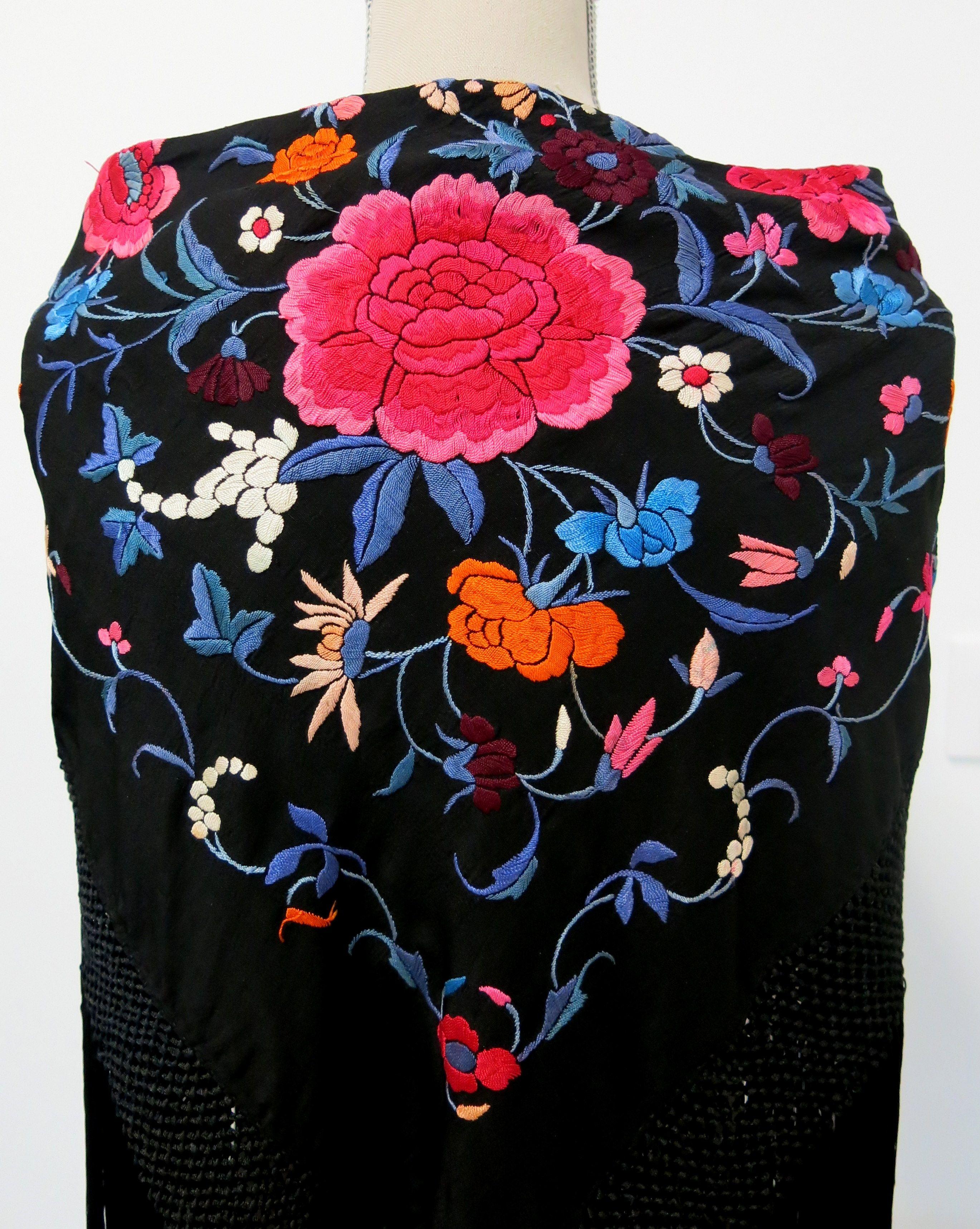 Antiguo mantoncillo negro bordado en colores.  antigüedades  antiques   mantones  feria  flamenca  sevilla  gitana 4490b6fb28c