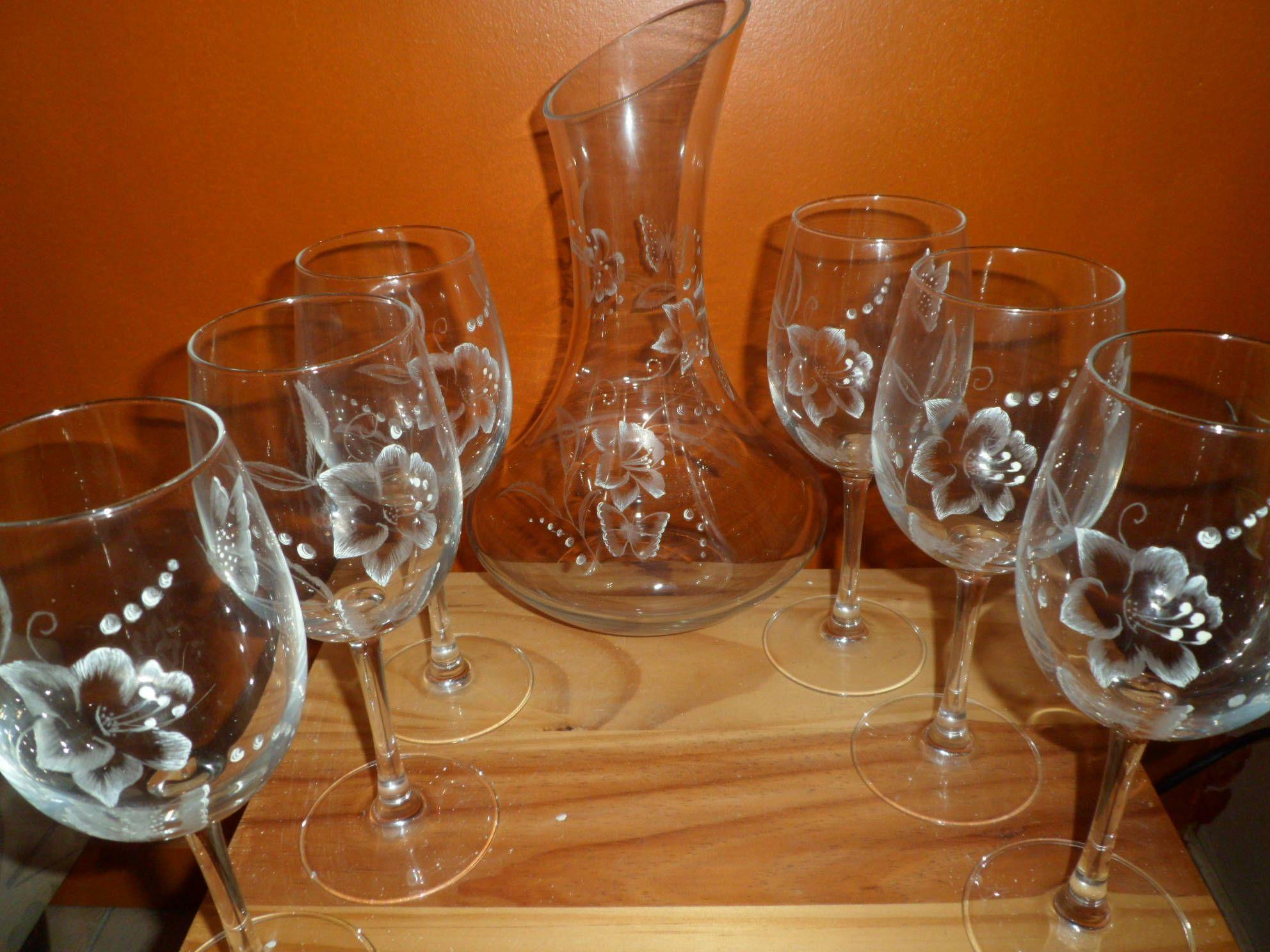6 verres à vin sur pied et une carafe à décanter en gravure