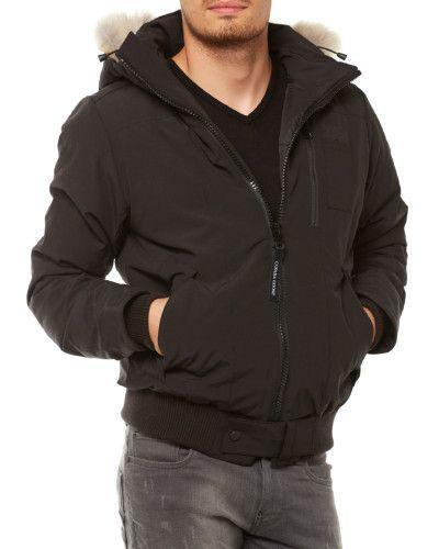 Modell: Borden Bomber abnehmbare Kapuze mit abnehmbarem Fell durchgehender Zwei-Wege-Reißverschluss mit verdeckendem Druckknopf am Saum zwei Eingrifftaschen mit Druckknopfverschluss eine Brusttasche mit Reißverschluss markentypisches Logo-Patch am Oberarm weiteres Logo-Patch an der Eingrifftasche Rippstrickbund an Ärmeln und Saum Unser Model ist 1,89m groß und trägt Größe S spezielle Reinigung