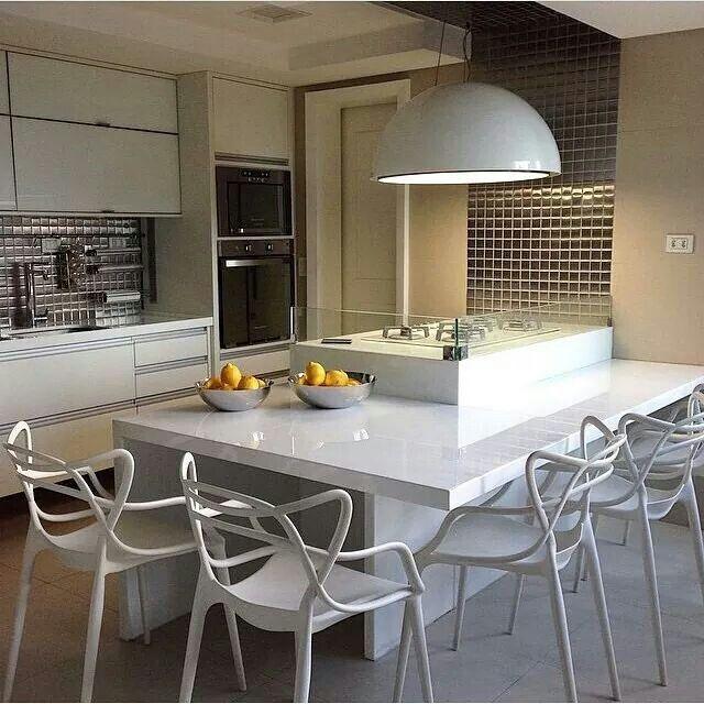 Cozinha ilha bancada cadeira branco