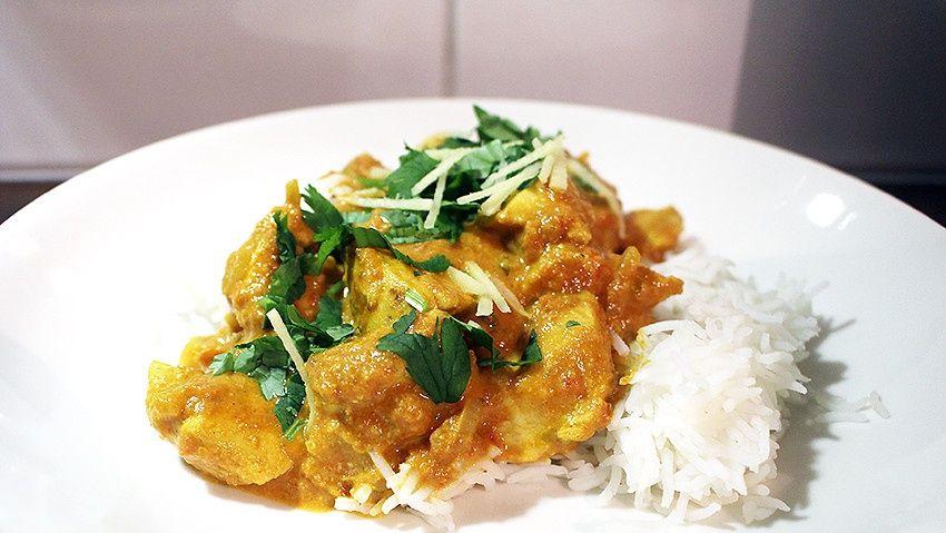 Kana Tikka Masala kuuluu suosituimpiin intialaisiin ruokiin, mutta oikeasti se ei edes ole intialainen. Se on kehitetty Glasgowssa, Skotlannissa. Siten ehdotukset nimetä se suosionsa takia jopa brittien kansallisruoaksi eivät tunnu niin oudoilta. Muitakin näkemyksiä ruokalajin alkuperästä löytyy, tsekkaa ne Wikipediasta.