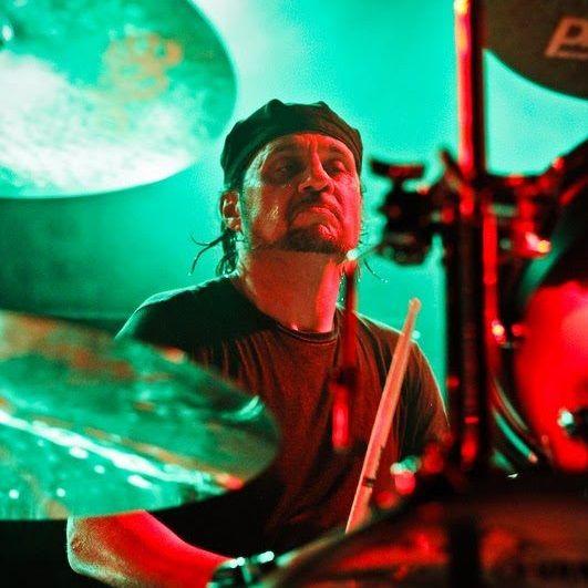 Baterista é demitido do Slayer por discordar da distribuição de dinheiro na banda:  http://rollingstone.com.br/noticia/baterista-e-demitido-do-slayer-por-discordar-da-distribuicao-de-dinheiro-na-banda/