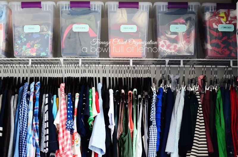 Teenage closet organization. Organización del armario de un adolescente.