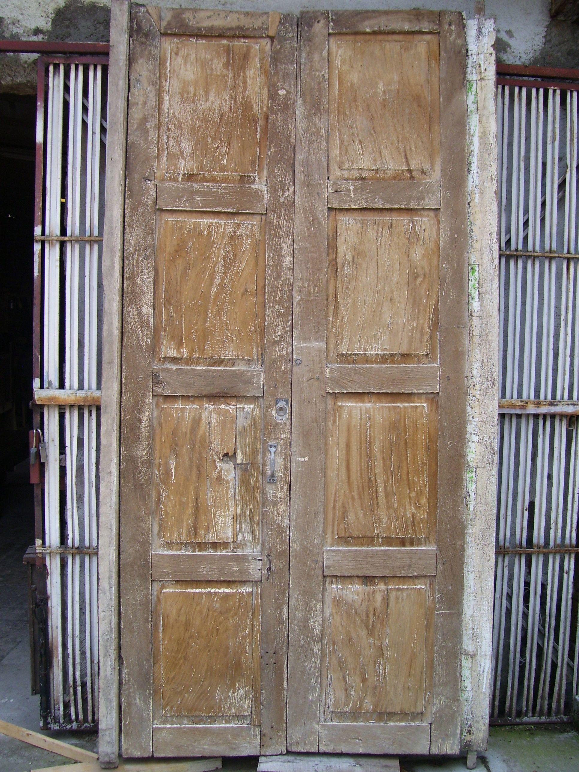 Puerta antigua en madera de sabino x puerta for Como restaurar una puerta antigua de madera
