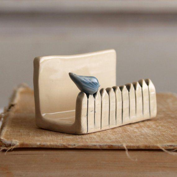 Petit oiseau sur une clôture blanche de piquet - porte-cartes de visite en céramique - oiseau bleu - MADE TO ORDER