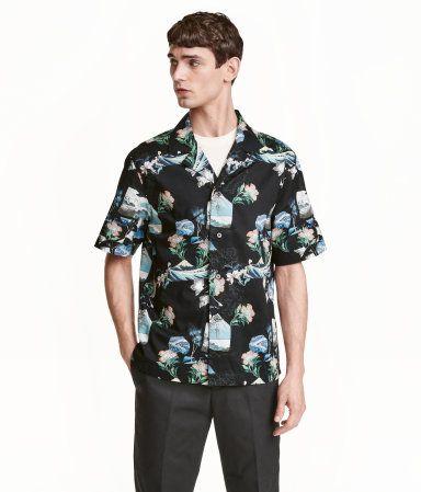 이거 한 번 확인해봐! 패턴이 있는 코튼 소재의 반소매 셔츠. 리조트 칼라. 옆면 하단에 트임이 있는 스트레이트 헴라인. – hm.com을 방문해 더 많은 정보를 살펴보세요.