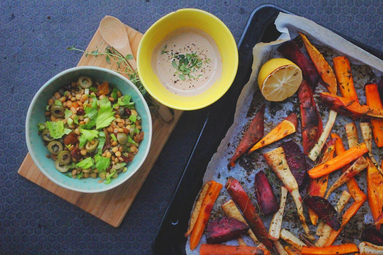 Smakfulle ovnsbakte grønnsaker, linsesalat med oliven og capers og tahinidressing