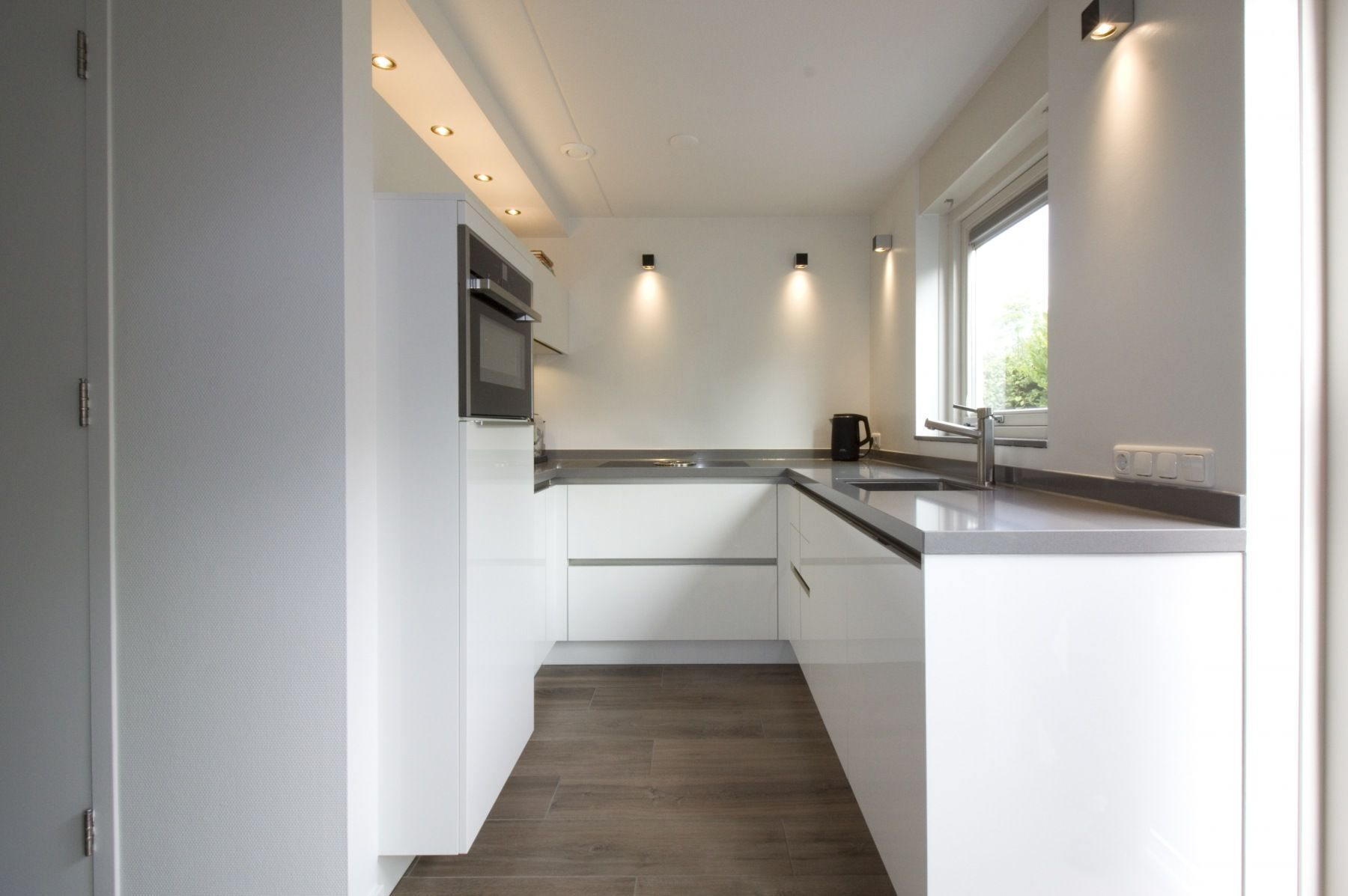 Verwonderlijk Valkenburg: grote strakke keuken in kleine ruimte (met MH-36