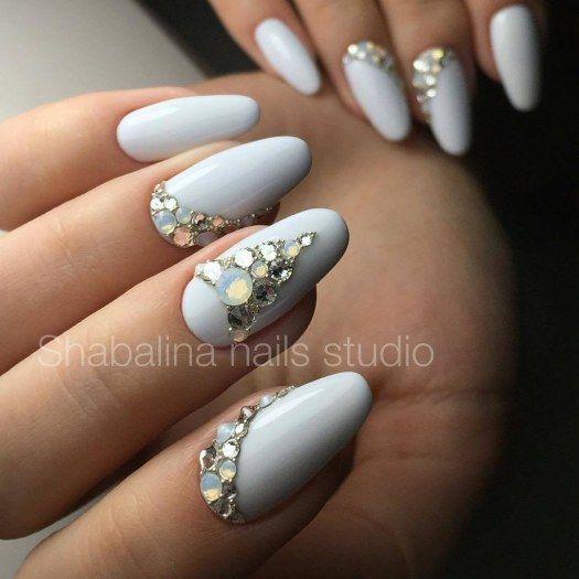 c35e21d0d6e1b Шикарный белый дизайн ногтей со стразами - маникюр с белым гель-лаком