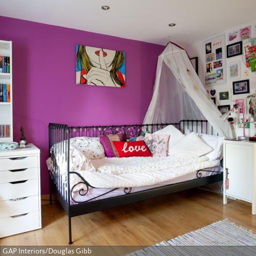 die wandgestaltung in violett und das pop art wandbild schaffen einen peppigen look und setzen. Black Bedroom Furniture Sets. Home Design Ideas