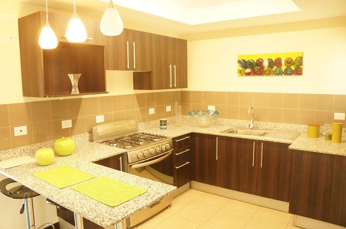 Cocina con muebles de la marca euromobilia con sobre de - Muebles para casas pequenas ...