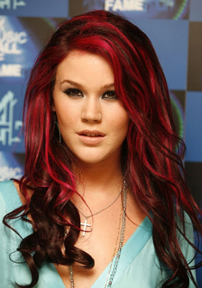 Chose To Work Some Thin Raspberry Streaks Into Her Dark Brown Hair Design 333x476 Pixel Red Highlights In Brown Hair Red Hair Color Hair Looks