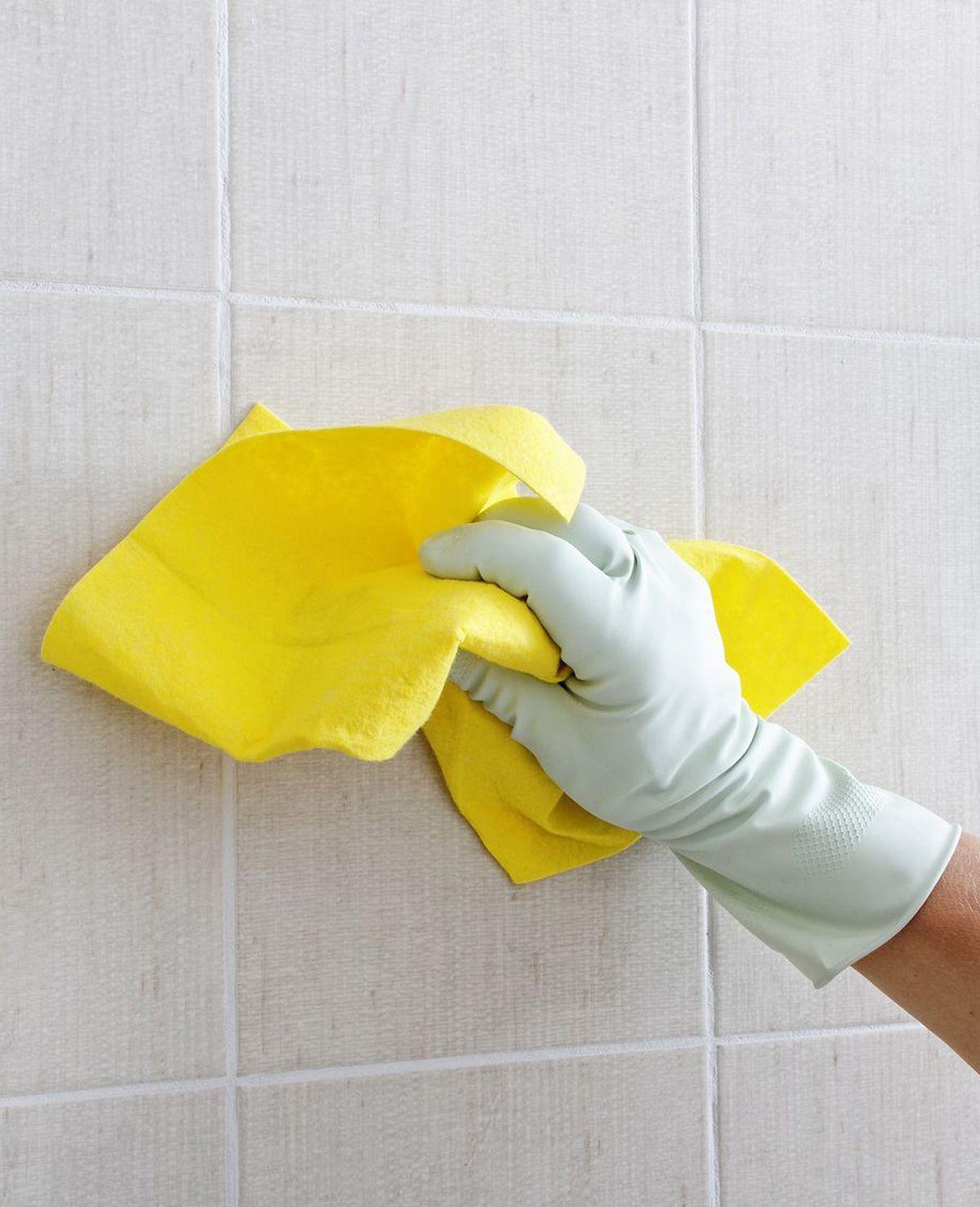Je hebt besloten om de badkamertegels een grondige schoonmaakbeurt ...