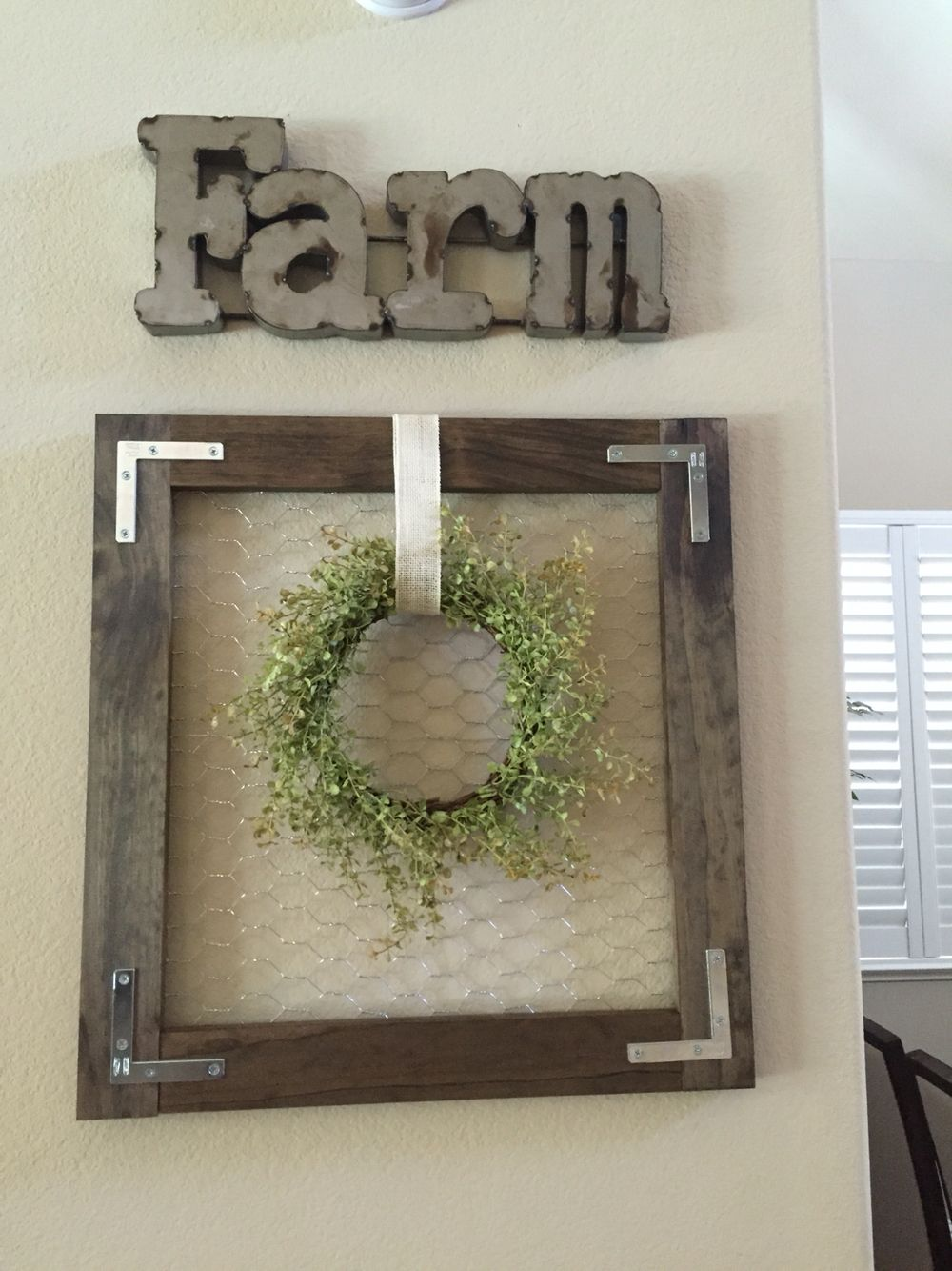 Made this frame with wood, chicken wire and brackets! | madera ...