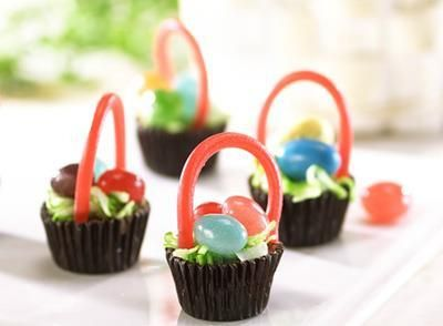 REESE'S Miniatures Easter Baskets - -  REESE'S Miniatures Easter Baskets, 11-ounce bag,   MOUNDS Coconut Flakes, 14-ounce bag,   JOLLY RANCHER Jelly Beans, 14-ounce bag,   TWIZZLERS PULL 'N' PEEL Candy, 14-ounce bag,   Green food coloring,   Royal icing,   Plastic bag