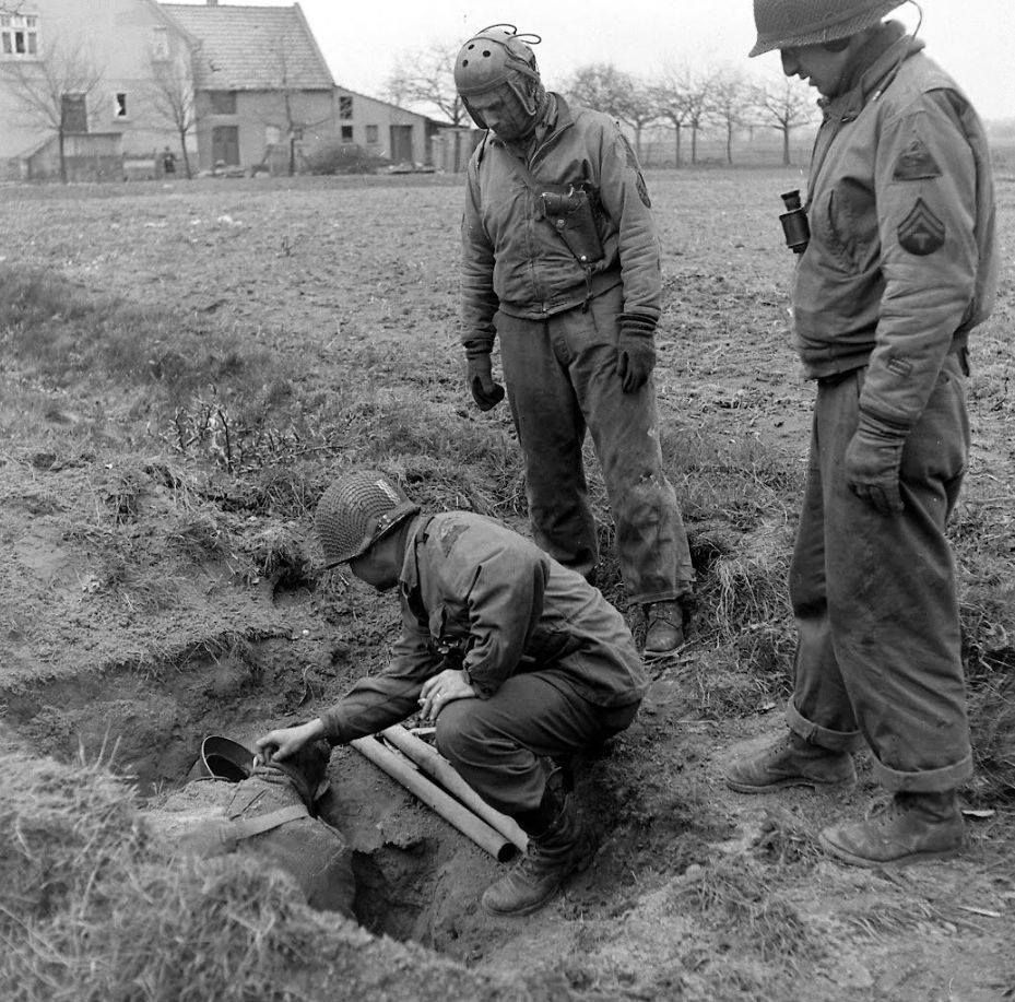 Tankers of the 2nd armored division examine a dead german - French div 2 ...