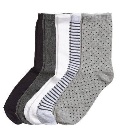 Grå/Stripet. Finstrikkede sokker i myk bomullsblandet kvalitet i forskjellige farger og mønster.