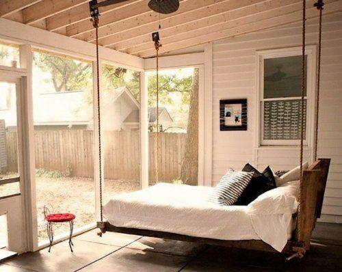 Une balancelle comme lit dans une belle chambre à coucher