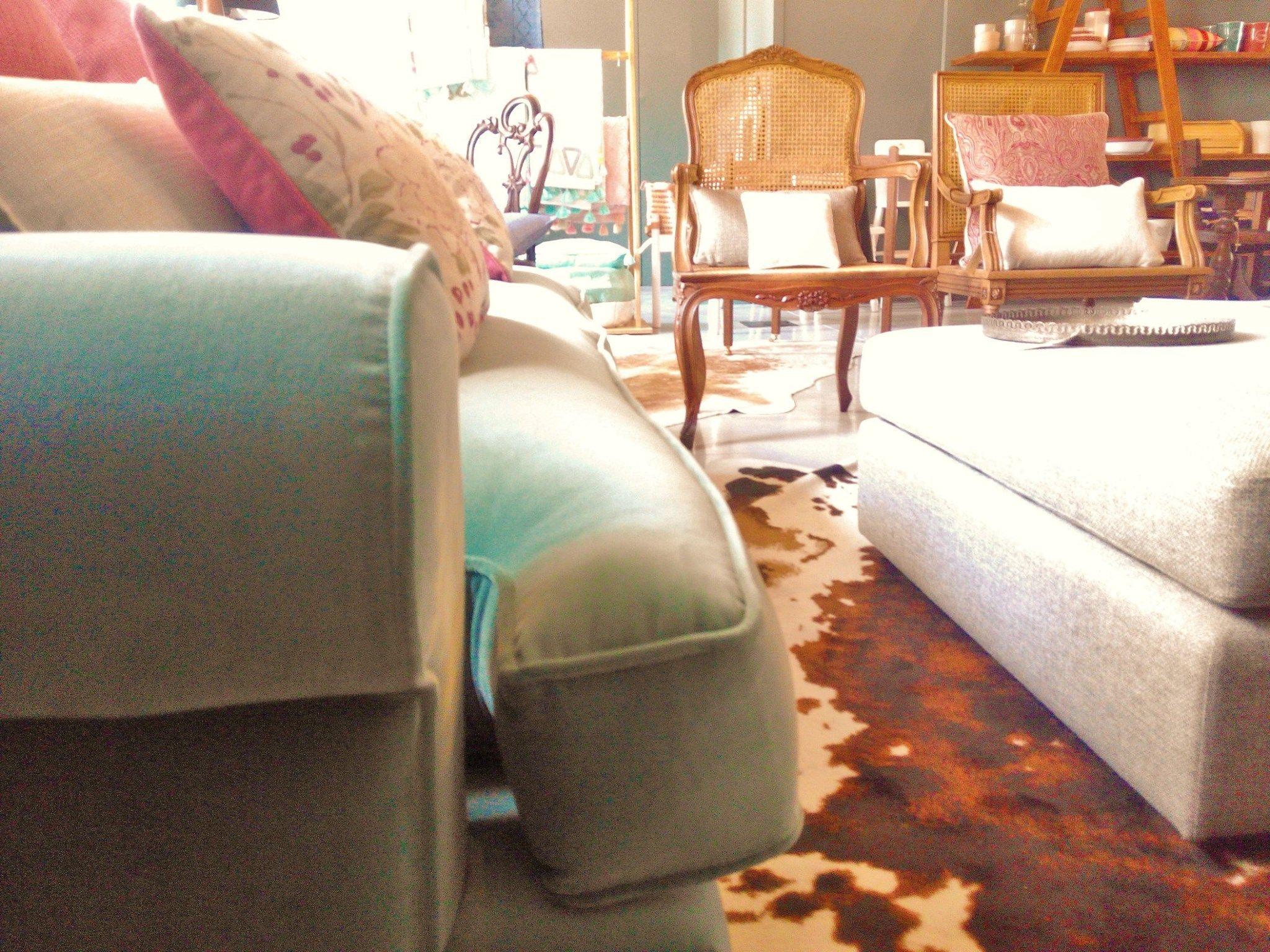 #mercadoloftstore #umseisum #porto #sofa #veludo #velvet #blue #conforto #padrão #pattern #chair #woodenchair #pillow #almofada #banqueta #metal #peças recuperadas #mobiliário #furniture #peças