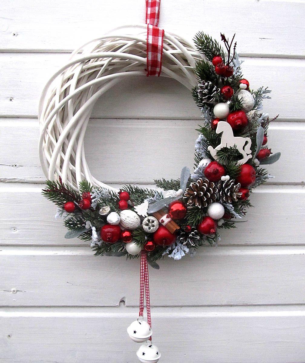 Photo of ? Ghirlanda natalizia con steli di abete, palline rosse e bianche e cocotte …