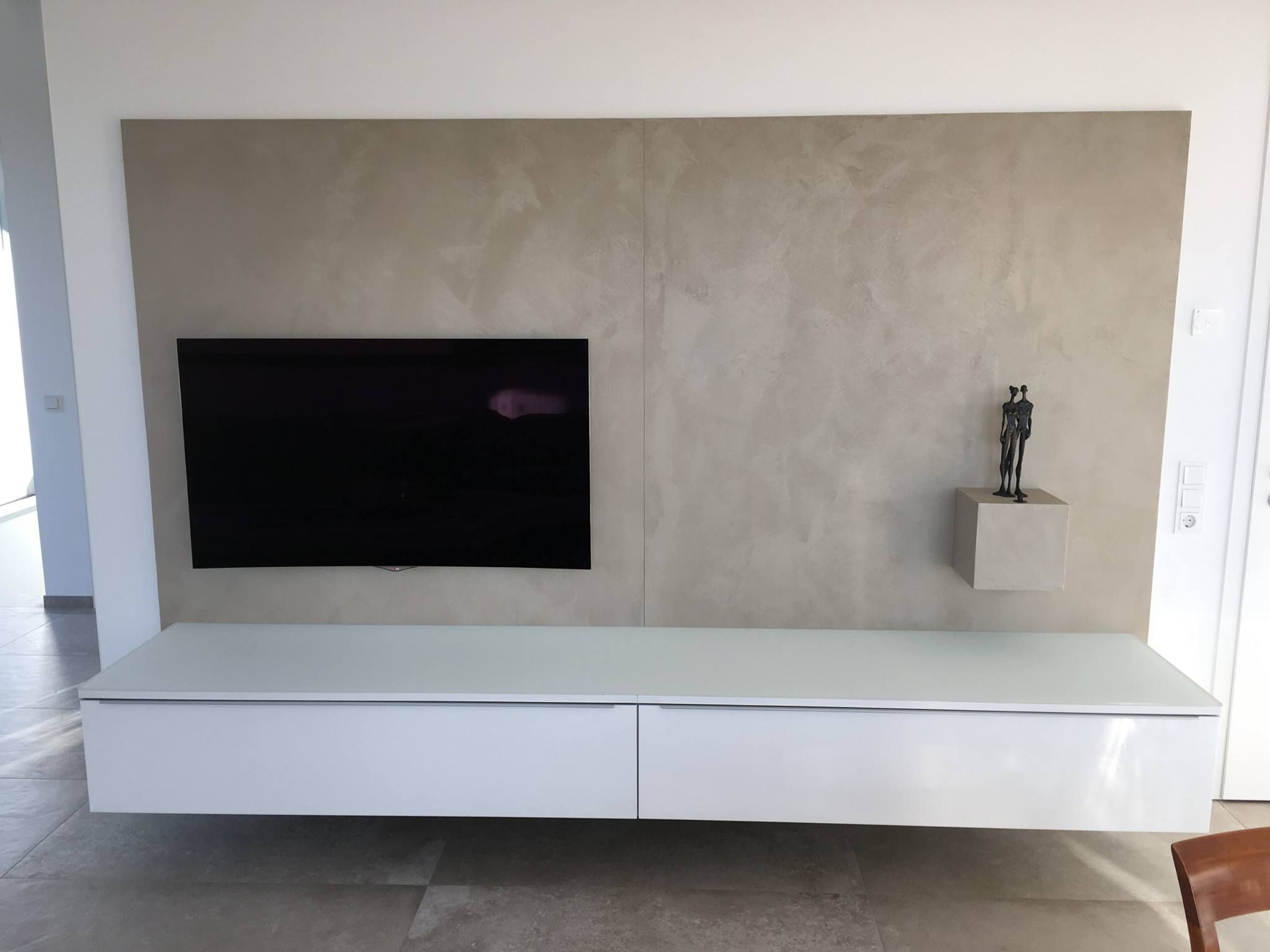 TV Wand Mit Weißem Lowboard Und Rückwand Aus Beton Ciré. Schickes Design  Für Das