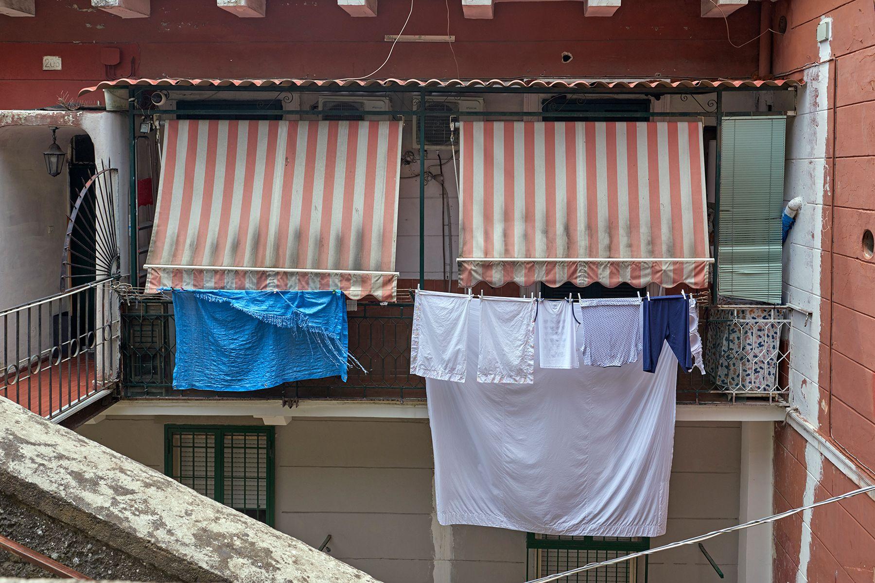 Patio con ropa secandose