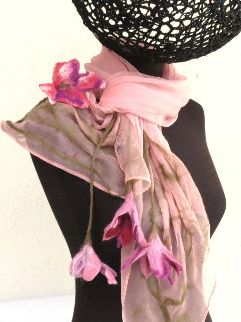 """Estas cores ficaram maravilhosas neste trabalho!!!!!!! De uma delicadeza e bom gosto indiscutíveis!!!!!!! Peça diferenciada que podera ser feita sob encomenda em outros tons, para dar um """"up"""" em qualquer visual!!!! <br>Echarpe em chiffon de seda pura, com flores e trabalho em feltragem."""