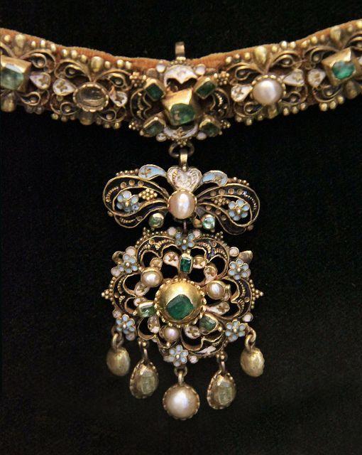 Peça de joalharia húngara do século XVII. Pode-se notar o uso de pérolas imperfeitas ou pérolas barrocas, o uso de esmaltes coloridos. Características que eram bastante frequentes na joalharia deste período.