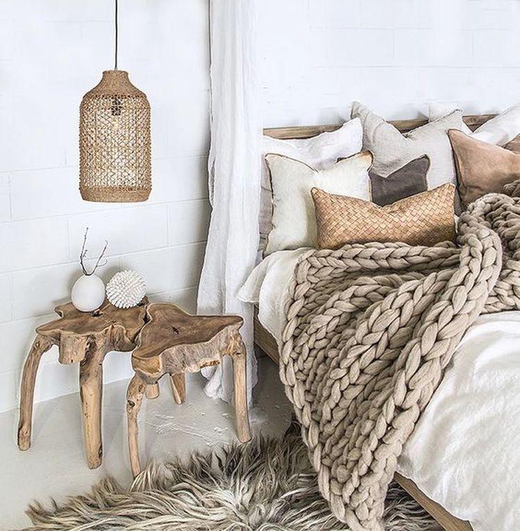 slaapkamer met natuurlijke materialen en houten tafeltje natuurlijke slaapkamer aardse slaapkamer slaapkamer neutraal