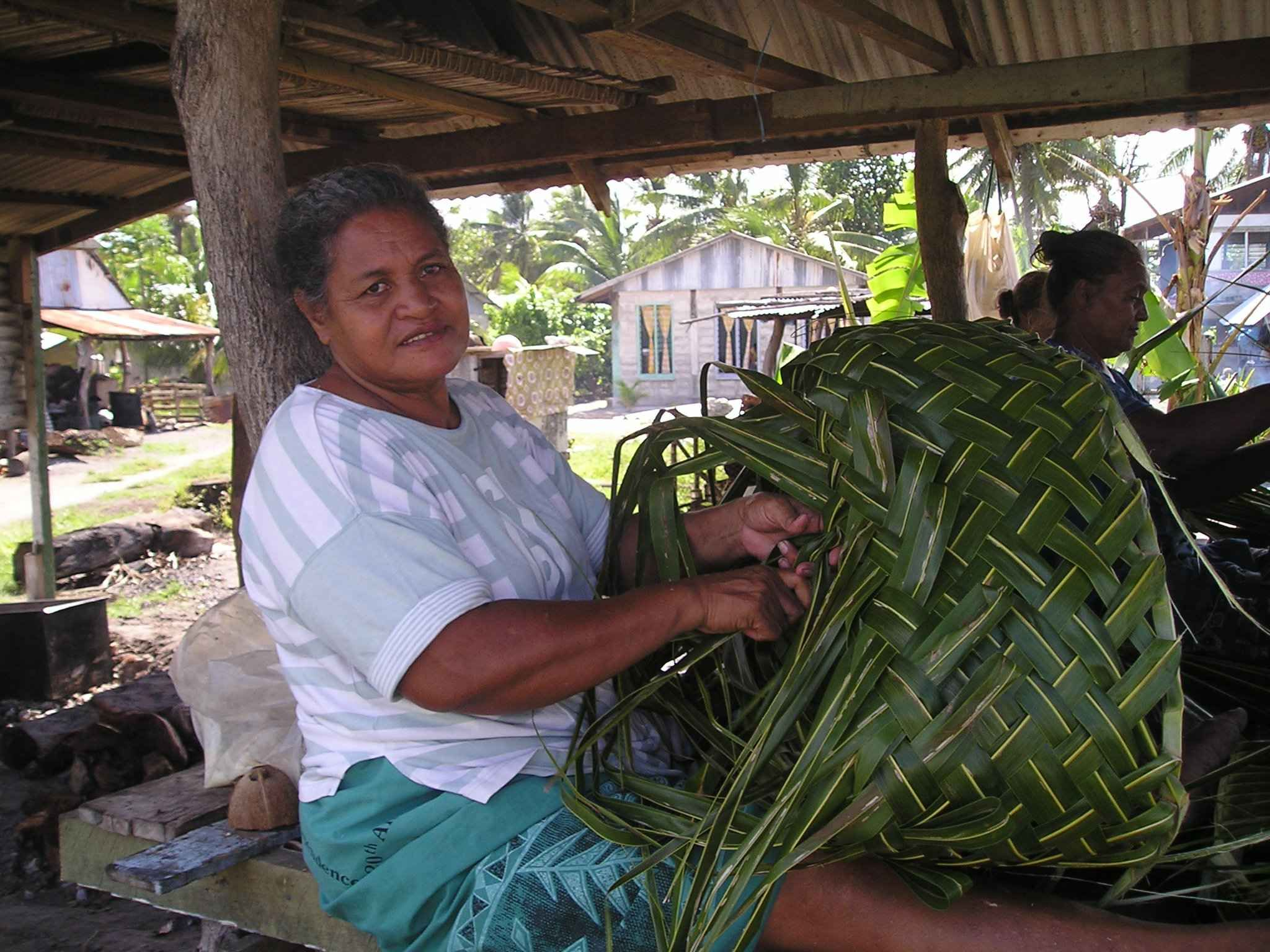 How To Weave A Coconut Leaf Basket : Weaving a coconut palm leaf basket in tuvalu