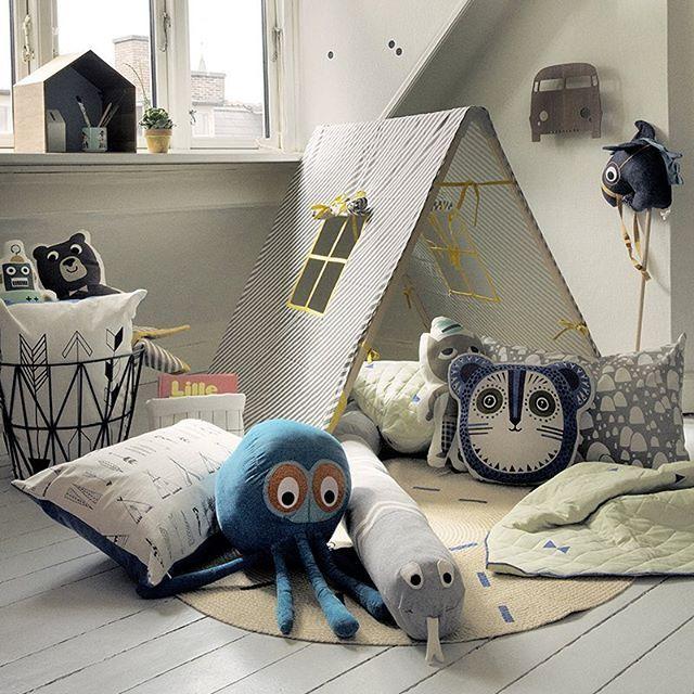 Bom dia ☁️ Tenda com janela ☁️ candeeiro pão de forma ☁️ almofadas ☁️ Kids rooms ☁️ order here