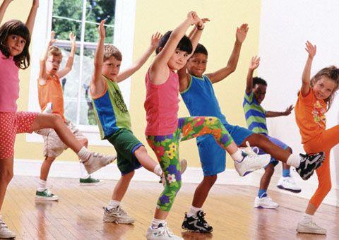 يميل الطفل الذي يحصل على مزيد من ممارسة الرياضة المفض لة لديه إلى القيام بوجباته المدرسية والحصول Music Activities For Kids Exercise For Kids Music Activities