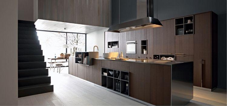 große Küche aus dunklem Holz mit Kochinsel und Einbaugeräten - moderne kuchen holz naturmaterial