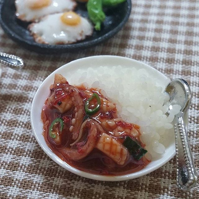 Miniaturefood  오징어덮밥  A bowl of rice topped with squid  #miniature #miniaturefood #airdryclay #polymerclay #handmade #미니어쳐#미니어쳐음식#오징어덮밥#squid#rice