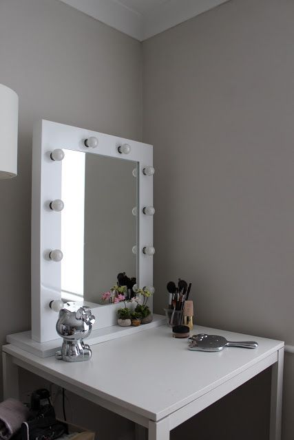 Hollywood Glamour Mirror With Light Bulbs Around Edge