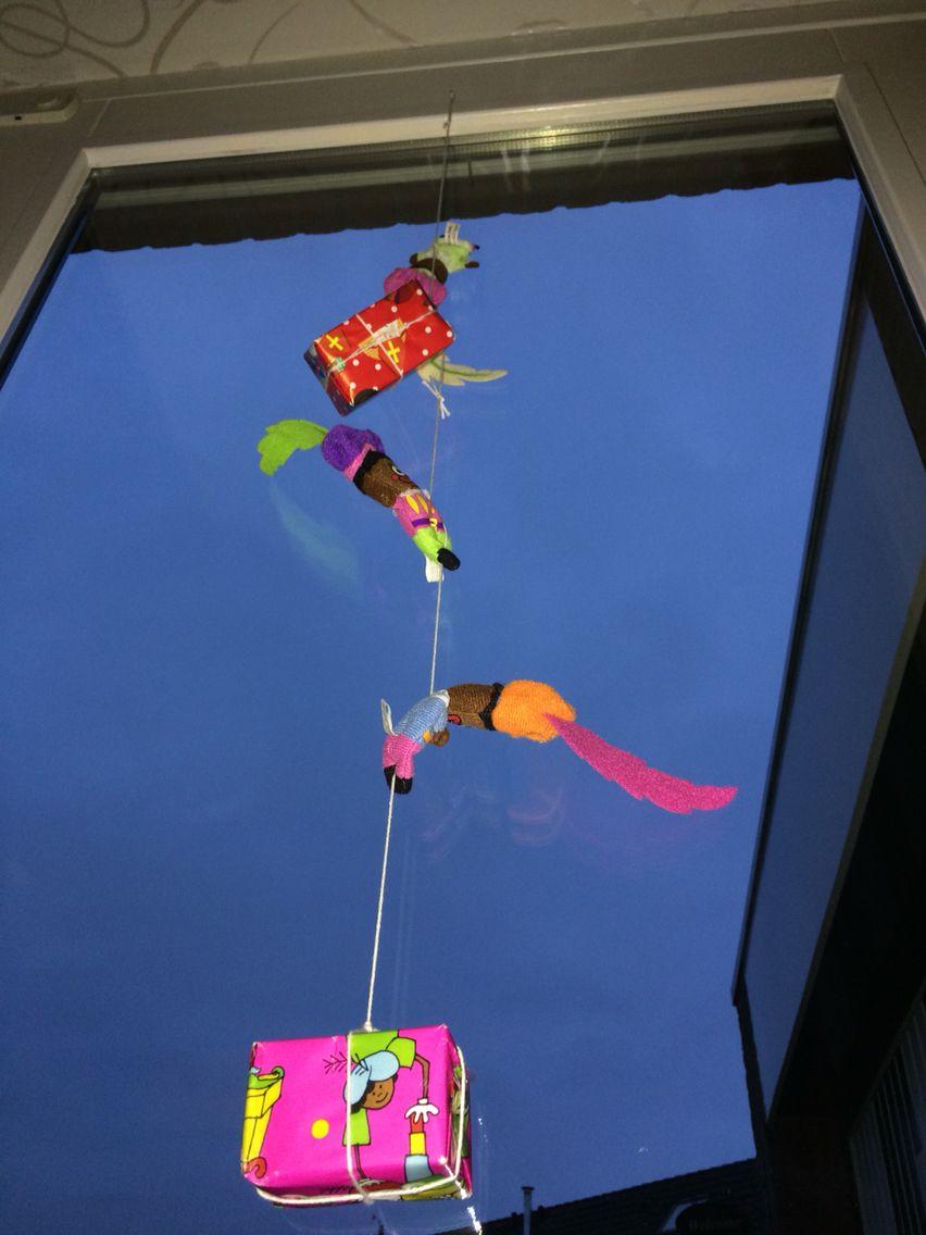 Pieten en pakjes slinger bij de voordeur, staat toch wel erg gezellig!